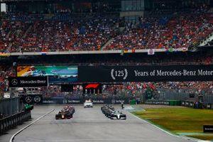 Lewis Hamilton, Mercedes AMG F1 W10, et Max Verstappen, Red Bull Racing RB15, se préparent pour le départ