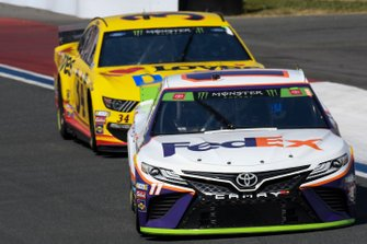Denny Hamlin, Joe Gibbs Racing, Toyota Camry FedEx Freight, Michael McDowell, Front Row Motorsports, Ford Mustang Love's Travel Stops