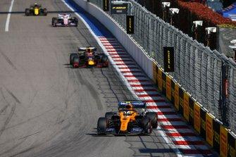 Lando Norris, McLaren MCL34, voor Max Verstappen, Red Bull Racing RB15, Sergio Perez, Racing Point RP19, en Nico Hulkenberg, Renault F1 Team R.S. 19