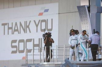 Winnaar Lewis Hamilton, Mercedes AMG F1 en Valtteri Bottas, Mercedes AMG W10 op het podium