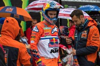 Jeffrey Herlings met monteur Ruben Tureluren voor de race.