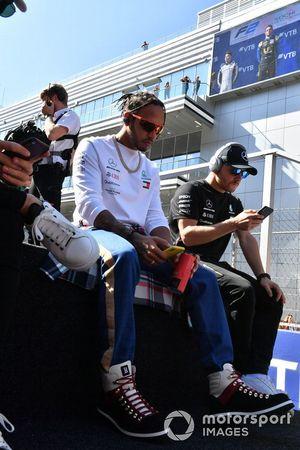 Pierre Gasly, Toro Rosso, Lewis Hamilton, Mercedes AMG F1, en Valtteri Bottas, Mercedes AMG F1, tijdens de rijdersparde