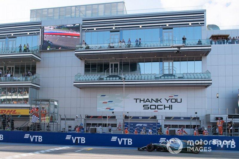 Ganador Lewis Hamilton, Mercedes AMG F1 W10, cruza la meta