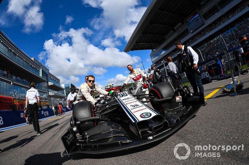 Antonio Giovinazzi, Alfa Romeo Racing C38, arriva sulla griglia