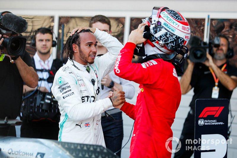 Ganador de la carrera Lewis Hamilton, Mercedes AMG F1, y Charles Leclerc, Ferrari
