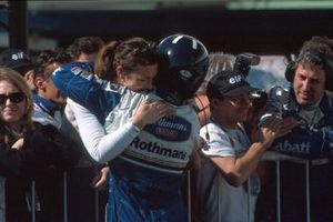 Winner Damon Hill, Williams FW18 is greeted by his wife Georgie