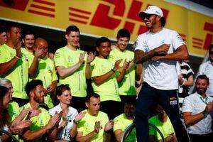 Lewis Hamilton, Mercedes AMG F1, 1e positie, met zijn team