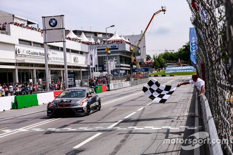 Checkered flag for Mikel Azcona, PWR Racing CUPRA TCR