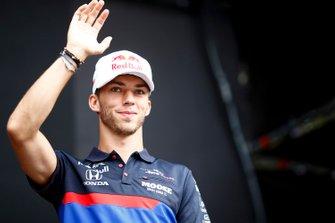 Pierre Gasly, Toro Rosso sul palco nella fan zone