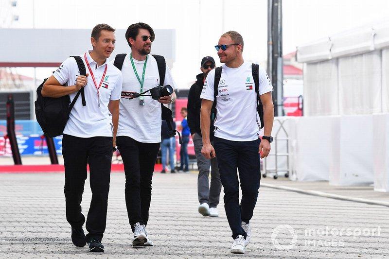 Valtteri Bottas, Mercedes AMG F1, arriva nel paddock