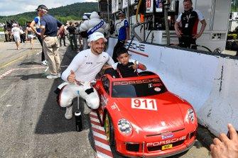Un piccolo tifoso Porsche con Earl Bamber, Porsche GT Team