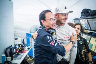Andre Lotterer, DS TECHEETAH, DS E-Tense FE19, celebrates with The Techeetah team in the garage