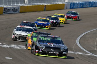 Kevin Harvick, Stewart-Haas Racing, Ford Mustang Mobil 1 and Kurt Busch, Chip Ganassi Racing, Chevrolet Camaro GEARWRENCH