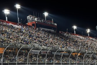 Volle Haupttribüne am Darlington Raceway