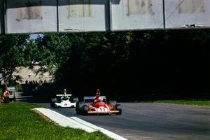 Clay Regazzoni, Ferrari 312B3, en Carlos Pace, Brabham BT44 Ford
