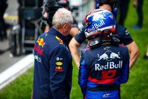 Helmut Marko, Consultor, Red Bull Racing, y Pierre Gasly, Toro Rosso, en la parrilla.