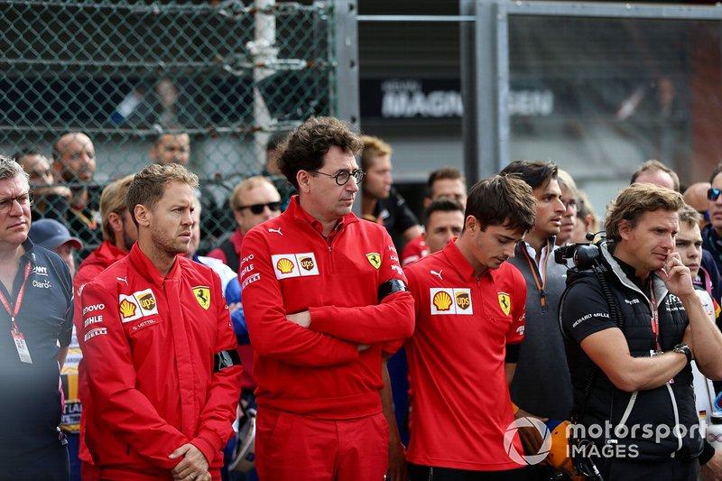 Sebastian Vettel, Ferrari, Mattia Binotto, Team Principal Ferrari, Charles Leclerc, Ferrari, in piedi sulla griglia in memoria di Anthoine Hubert