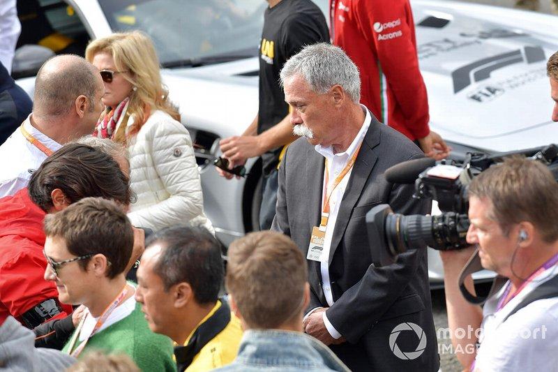 Chase Carey, Presidente de la Fórmula 1, en la parrilla para el memorial de Anthoine Hubert