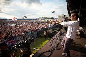 Lewis Hamilton, Mercedes AMG F1 celebra con los aficionados, desde el escenario