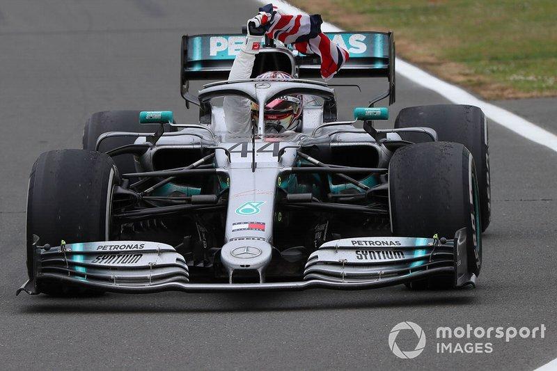 Il vincitore della gara Lewis Hamilton, Mercedes AMG F1 W10 con una bandiera