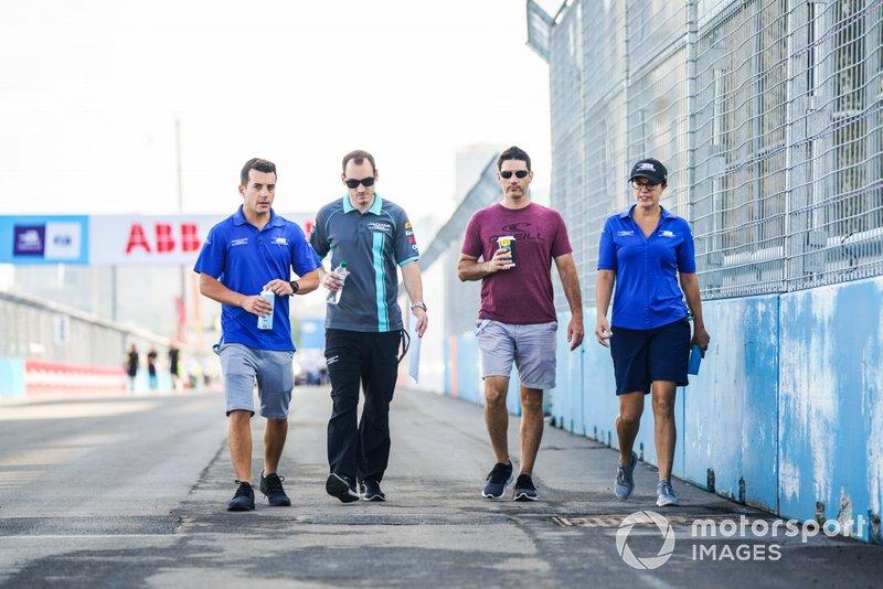 Bryan Sellers, Rahal Letterman Lanigan Racing, Katherine Legge, Rahal Letterman Lanigan Racing camminano sulla pista