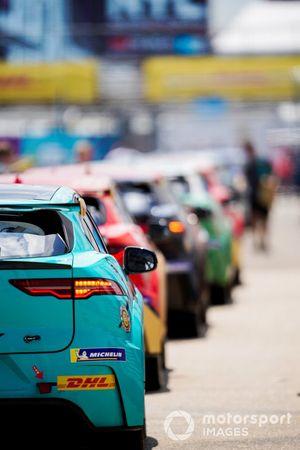 Le auto allineate nella pit lane