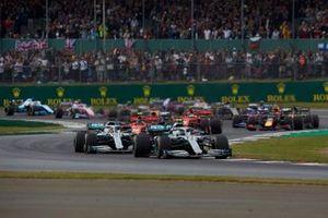 Valtteri Bottas, Mercedes AMG W10, precede Lewis Hamilton, Mercedes AMG F1 W10, Charles Leclerc, Ferrari SF90, Max Verstappen, Red Bull Racing RB15, Sebastian Vettel, Ferrari SF90, Pierre Gasly, Red Bull Racing RB15, e il resto delle auto all'inizio