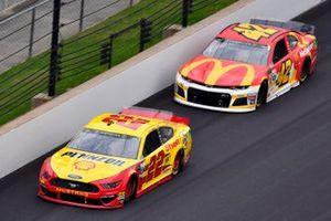 Joey Logano, Team Penske, Ford Mustang Shell Pennzoil and Kyle Larson, Chip Ganassi Racing, Chevrolet Camaro McDonald's