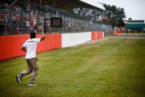 Lewis Hamilton, Mercedes AMG F1, saluta i tifosi