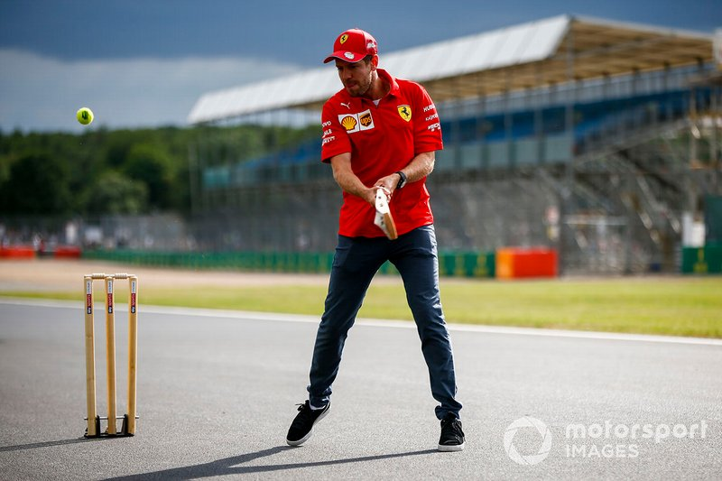 Sebastian Vettel, Ferrari, jugando a cricket