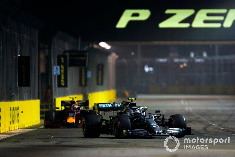 Valtteri Bottas, Mercedes AMG W10, precede Alexander Albon, Red Bull RB15