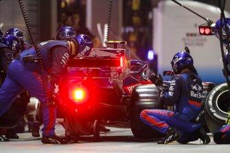 Pierre Gasly, Toro Rosso STR14, makes a stop