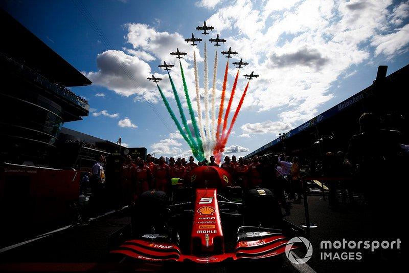 Meccanici della Ferrari con l'auto di Sebastian Vettel, Ferrari SF90