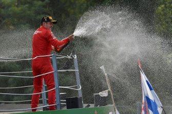 Charles Leclerc, Ferrari, primo classificato, spruzza lo Champagne