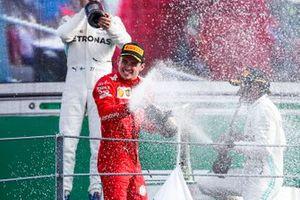 Le vainqueur Charles Leclerc, Ferrari fête sa victoire sur le podium avec du champagne