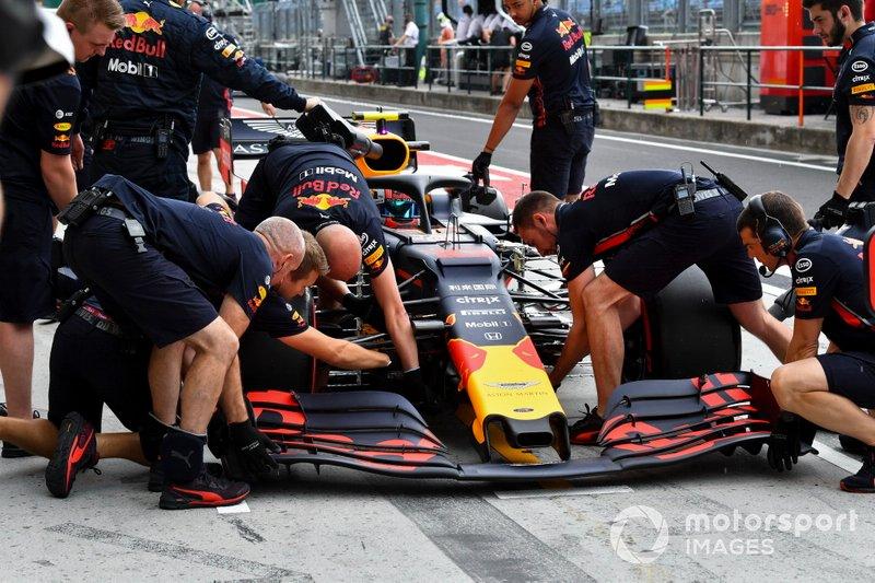 I meccanici della Red Bull sostituiscono l'ala frontale dell'auto di Pierre Gasly, Red Bull Racing RB15