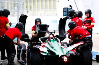 Lucas Di Grassi, Audi Sport ABT Schaeffler, Audi e-tron FE05, pits to change the nose of his car