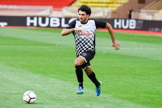 Carlos Sainz Jr., McLaren plays football