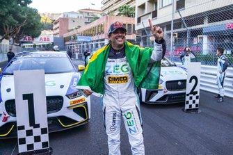 Cacá Bueno, Jaguar Brazil Racing celebrates victory in parc ferme