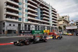 Romain Grosjean, Haas F1 Team VF-19, Lando Norris, McLaren MCL34 y Charles Leclerc, Ferrari SF90