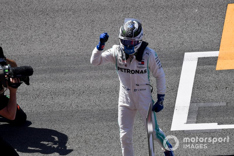 Il poleman Valtteri Bottas, Mercedes AMG F1, festeggia