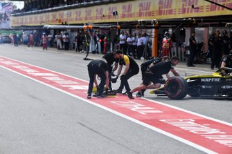 Nico Hulkenberg, Renault R.S. 19, is returned to the garage with from end damage after an off in Q1