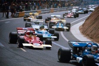 Jochen Rindt, Lotus 72C Ford derrière Jackie Stewart, March 701 Ford, et suivi par Henri Pescarolo, Matra MS120