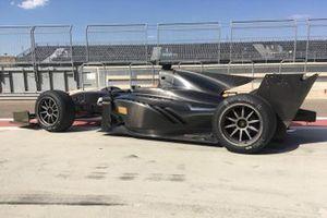 Coche FIA F2 con neumáticos Pirelli de 18