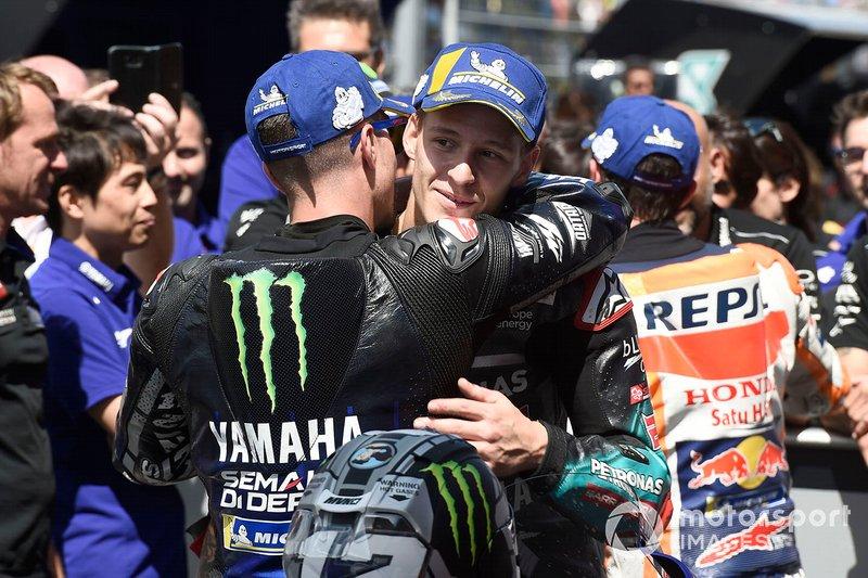 Viñales comemora vitória no GP da Holanda abraçando Fabio Quartararo