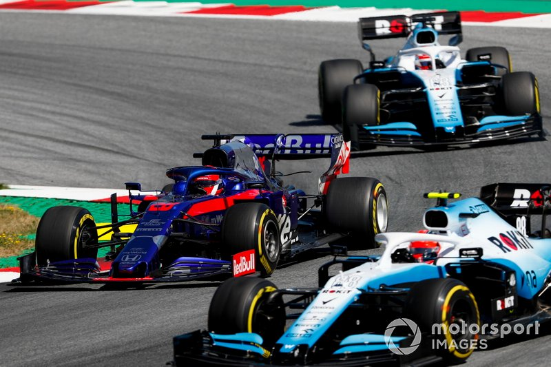 Robert Kubica, Williams FW42, leads Daniil Kvyat, Toro Rosso STR14, and George Russell, Williams Racing FW42