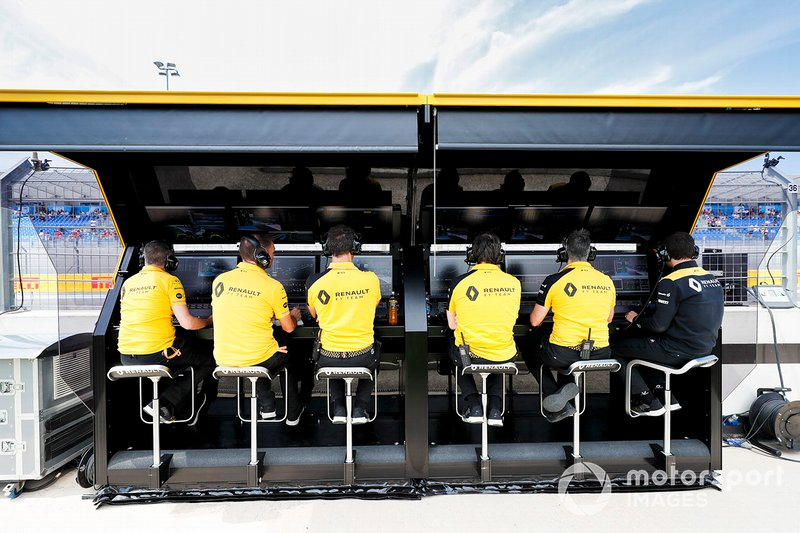 Il team Renault sul pit wall