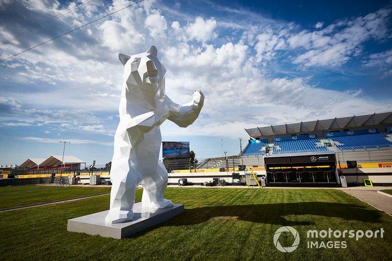 Une sculpture d'ours en bord de piste