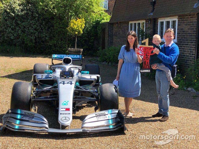 Mercedes y trofeo de Hamilton vistan a Harry Shaw en su casa