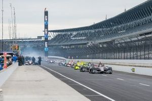 IndyCars in der Boxengasse des Indianapolis Motor Speedway